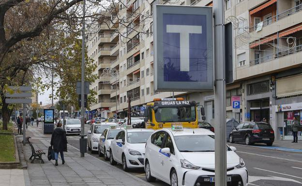 Taxis estacionados en una parada de la capital.