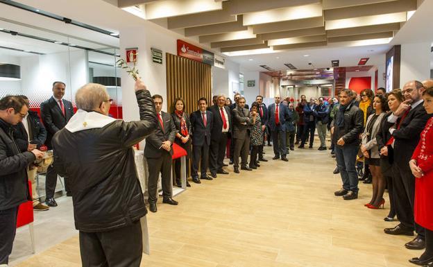 Banco santander inaugura su oficina smart red en la for Oficinas banco de santander