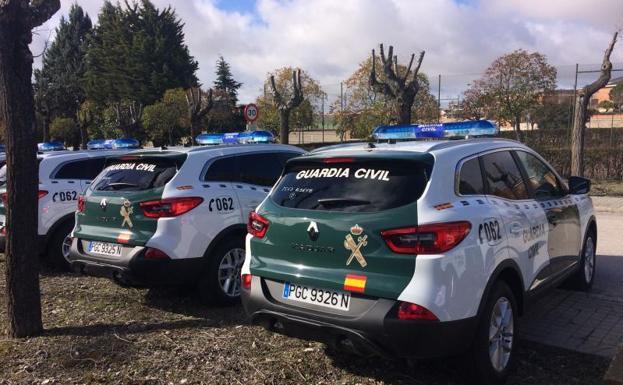 Algunos de los coches entregados a la Guardia Civil por Renault. /EL NORTE