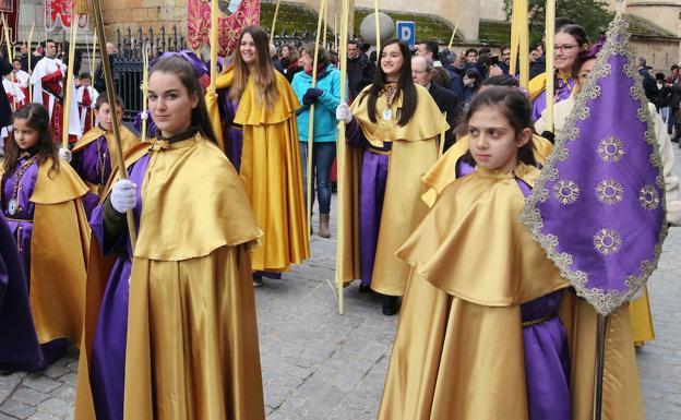 Sección infantil de la Cofradía del Cristo del Mercado durante la procesión de La Borriquilla celebrada este domingo. /Antonio de Torre