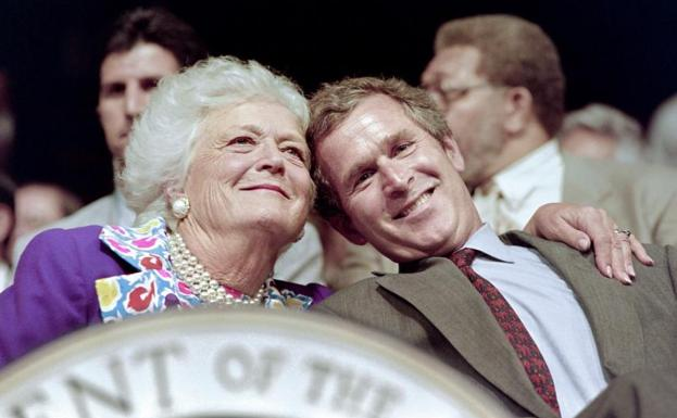Barbara Bush abraza a su hijo George W. Bush./AFP