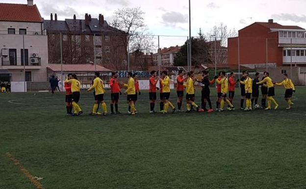 Jugadores del San Agustín y el Rueda se saludan antes del último partido/CD San Agustín