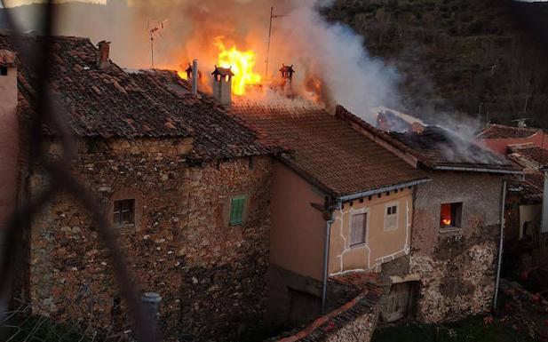 Un fuego declarado de madrugada destruye cinco viviendas en Santibáñez de <h3 class='enlacePalabraNoticia' onclick='opcionBuscarActualidad('Ayllón','')' >Ayllón</h3>