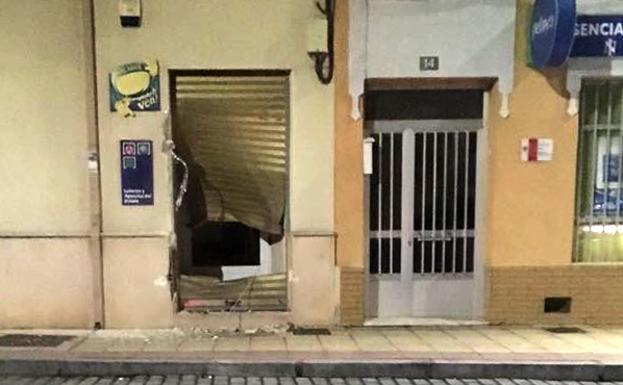 La puerta destrozada del bar.