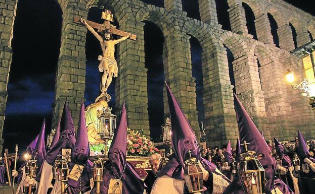 La Magdalena al pie de la Cruz, con el Acueducto de fondo. /Tanarro