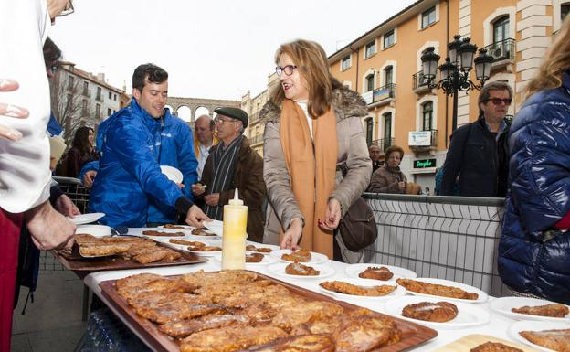 Reparto de torrijas por los voluntarios de Autismo Segovia./Óscar Costa
