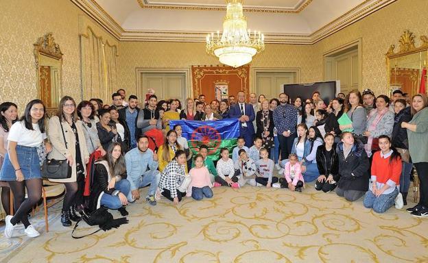 04b79449fcbf Foto de familia con todos los asistentes al acto del Día Internacional del Pueblo  Gitano.