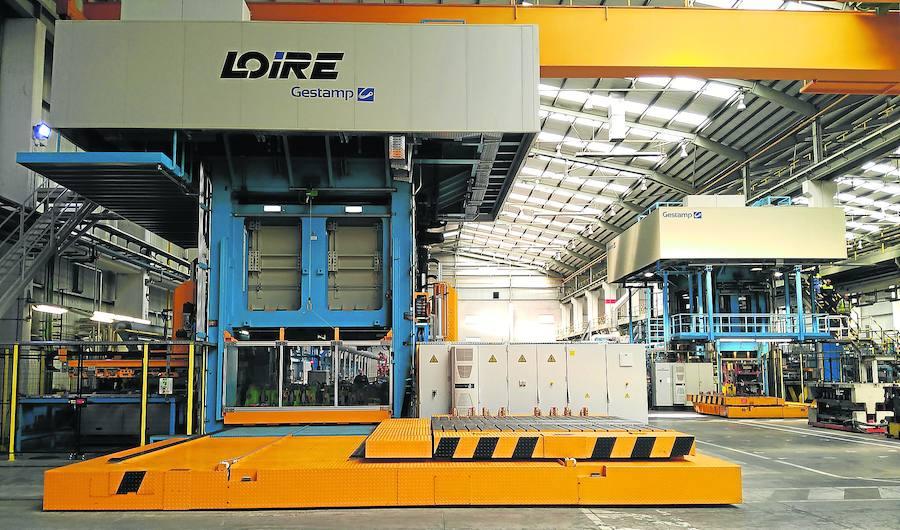 La nueva maquinaria de estampación en caliente, mucho más voluminosa, en la factoría de Dueñas. /J. G. C.