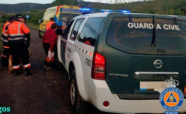 La Guardia Civil y Protección Civil trasladaron al herido hasta la ambulancia.
