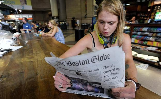 Lauren Vowells, una residente de Boston, Massachusetts, lee un ejemplar de 'The Boston Globe'/Joseph Prezioso-AFP