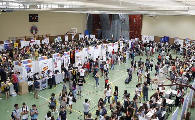 Concurrida Feria de Bienvenida para los estudiantes del ...