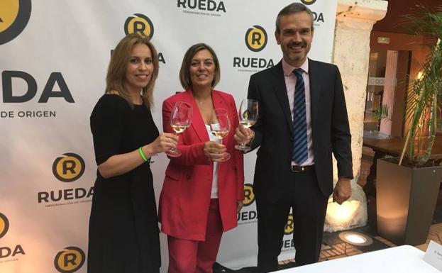 Carmen San Martín, Milagros Marcos y Santiago Mora, en la presentación. /Nieves Caballero