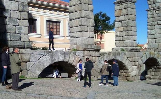 94850f50b51 Imagen de archivo de un joven subido al Acueducto en la plaza Día Sanz.