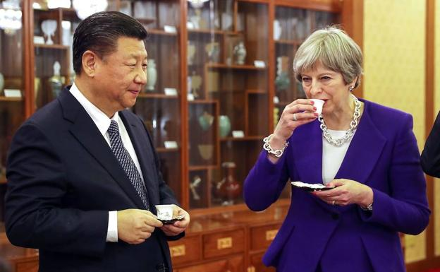 Xi Jinping y Theresa May toman café./Archivo