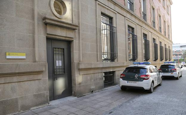 Coches de la Guardia Civil junto a la Audiencia.