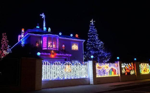 b13479f0230 Roban parte de la decoración navideña de  La casa de las luces  de  Aldeamayor