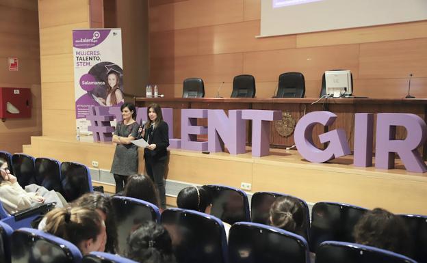 1c1dfcc14f Rebeca Hernández, a la izquierda, durante su clase magistral de ayer en el  Campus