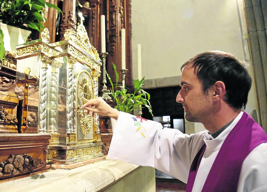 El sacerdote Daniel Becerril abre el sagrario de la Iglesia de la Compañía./Antonio Quintero