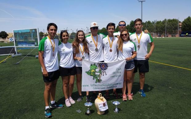 Integrantes del equipo mixto del club La Flecha con sus medallas./WORD