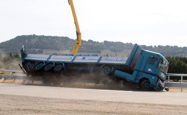 Prueba de una valla protectora para camiones de hasta 44 toneladas en las instalaciones de Cidaut en Mojados. /Fran Jiménez