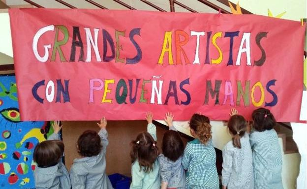 Los niños del Colegio Íñigo de Toro, de Valladolid, muestran un mural realizado en el proyecto 'Grandes artistas con pequeñas manos', galardonado con los Premios Francisco Giner de los Ríos.