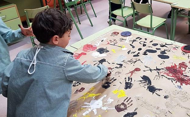 Dos alumnos del Colegio Íñigo de Toro, de Valladolid, elaboran un mural sobre la prehistoria en el proyecto 'Grandes artistas con grandes manos', reconocido por los Premios Francisco Giner de los Ríos.