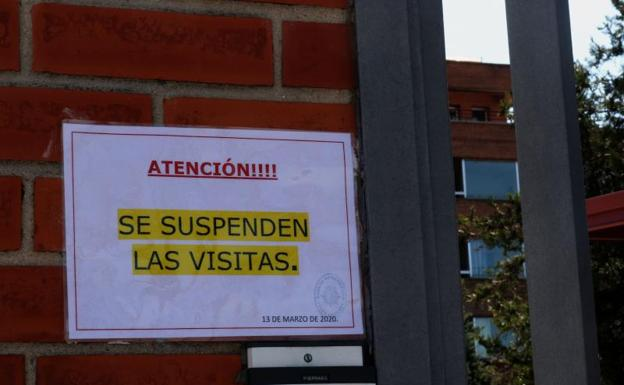 Entrada a la Residencia de La Beneficencia, en Valladolid, a finales de marzo/Alberto Mingueza