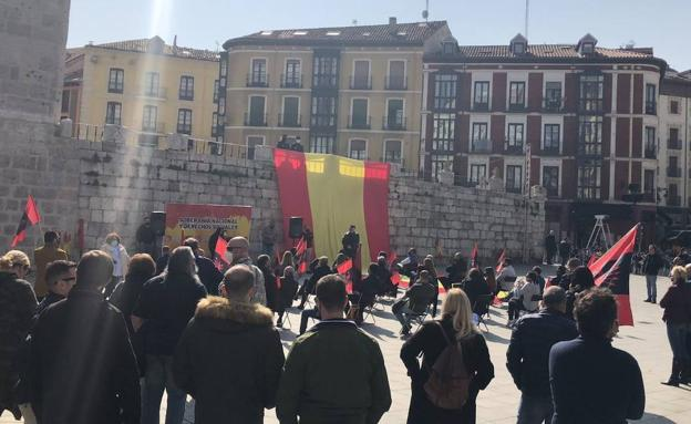 Falangistas se manifiestan en Valladolid brazo en alto y cantando el 'Cara al Sol'