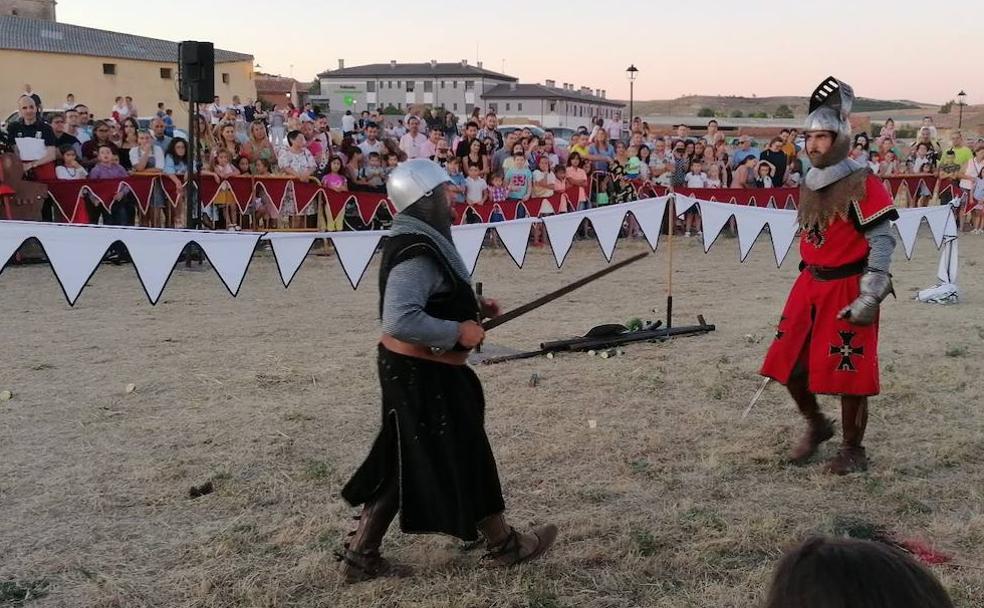 Dos caballeros se enfrentan en una justa durante el Mercado Medieval de Fuentes de Valdepero./