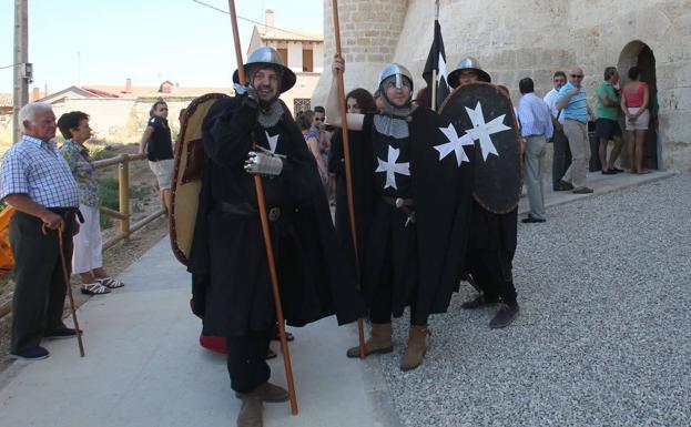 Grupo de animación junto a la puerta de acceso de los visitantes al castillo en el Mercado Medieval de Fuentes de Valdepero.