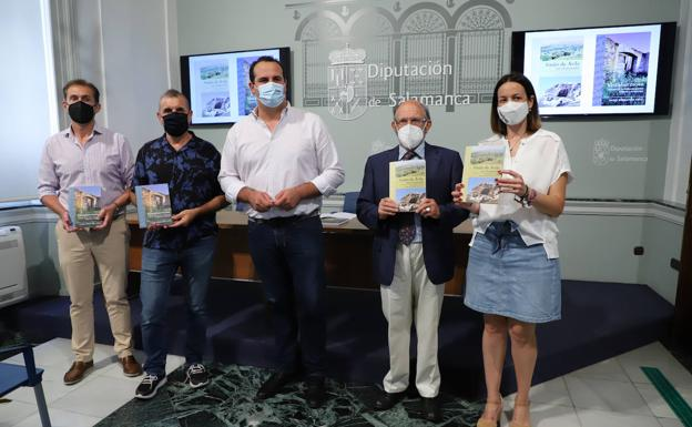 El diputado de Cultura, en el centro, con los autores de los libros y los alcaldes de ambos municipios./MARÍA M. SERNA