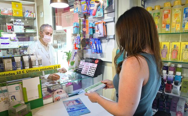 Emilio Rodríguez vende un test de autodiagnóstico de coronavirus en su farmacia de la calle Labradores de Valladolid. /Rodrigo Jiménez