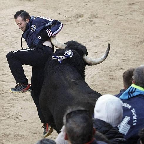 El cortador Ander García, golpeado por el Toro del Aguardiente de ...